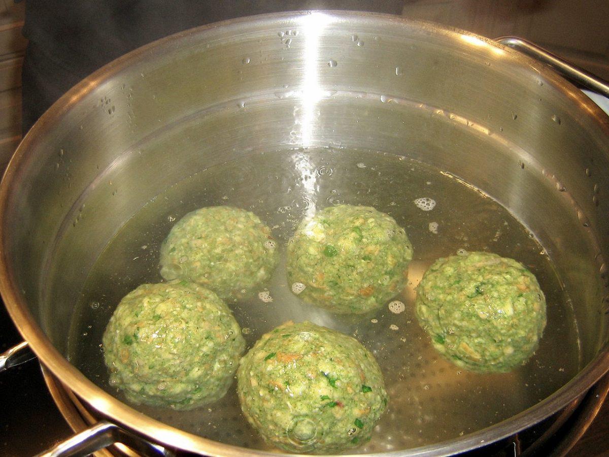 Spinach dumplings, Spinatknoedel in boiling water